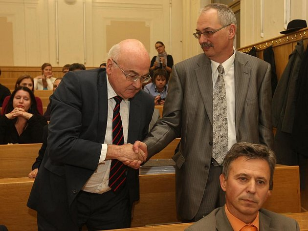 Karel Eliáš (vpravo),předpokládaný favorit volby, blahopřeje zvolenému děkanovi Květoslavu Růžičkovi