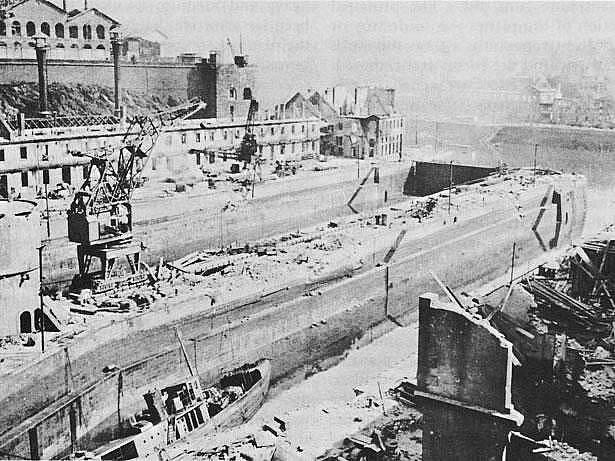 Zničené suché doky v přístavu Brest, na který Pattonovi vojáci v srpnu 1944 útočili , ale dobyli ho až v září