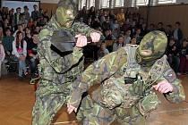 Příslušníci Armády ČR předváděli na 21. ZŠ v Plzni bojovou ukázku i první pomoc