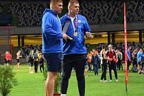 Dvojčata Jakub (vlevo) a Michal Forejtovi s cenou za loňské vítězství v Poháru mistrů evropských zemí.