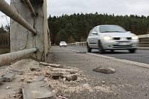 Dolanský most. Rekonstrukci této stavby vyhlížejí řidiči i silničáři už dlouho. Most u Dolan je příliš úzký, praská a v minulosti ho stavbaři několikrát alespoň provizorně spravovali. Na větší zásahy ale stále čeká. Práce budou stát odhadem 60 milionů
