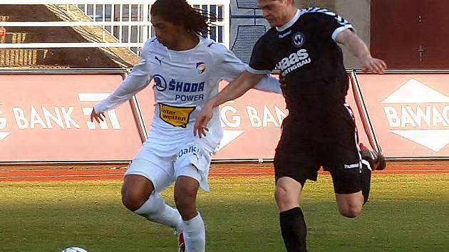 Brasilský útočník Viktorie Plzeň Rodrigues se snaží uniknout Ronaldu Schmidtovi v nedělním utkání proti SV Wacker Burghausen.