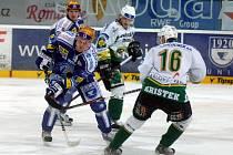 NA NÁJEZDY. Včerejší extraligový duel mezi Lasselsbergerm Plzeň a Karlovými Vary (vlevo Plzeňan Martin Adamský, vpravo hostující Kristek) se opět nerozhodl v normální hrací době. Dva body za výhru na nájezdy si  nakonec odvezli hosté.