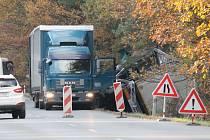 U Bdeněvsi havaroval kamion do příkopu