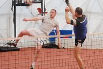 Mužstvo My tři skončilo v Zimním turnaji nohejbalových trojic těsně pod vrcholem. Na snímku z utkání s Košutkou se chystá k útoku jeho člen Petr Rohlík (vlevo).