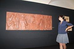 Alena Pomajzlová, autorka výstavy Otto Gutfreund – sochař, před částí reliéfu Návrat legií.