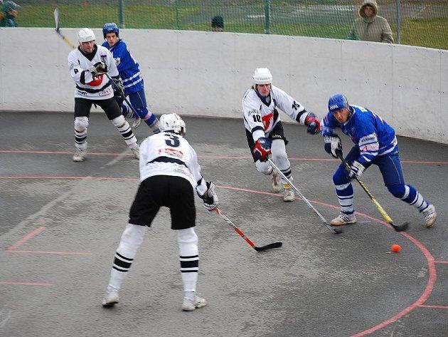 PROHRA. Hokejbalisté Snacku Dobřany (v bílých dresech) podlehli v utkání 17. kola extraligy na domácím hřišti kladenskému KEBu 1:5 a v tabulce zůstávají na posledním místě.
