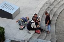Takový obrázek mohou vidět U Práce lidé dnes a denně. Flekatý a znečištěný pomník bývá obležen partičkami  bezdomovců a městská policie tvrdí, že zasáhnout nemůže