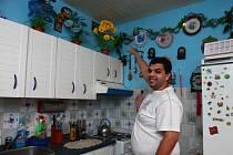 David  Čonka ukazuje  plesnivou skvrnu  od  ´čichajících´ sousedů. Kromě několika vytopení zažili Čonkovi i návštěvu švábů
