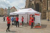 V Plzni odstartovala kampaň Respektuj 18, která je zaměřena na prevenci prodeje a podávání alkoholu dětem a mladistvým. Na náměstí Republiky byl umístěn informační stánek, kde dobrovolníci nabízeli placky a náramky s logem projektu.