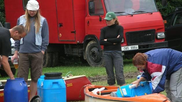 Typický obrázek z kempů na Plzeňsku. Vodáci si v těchto dnech skutečně užívají a nevadí jim ani nepříznivé počasí