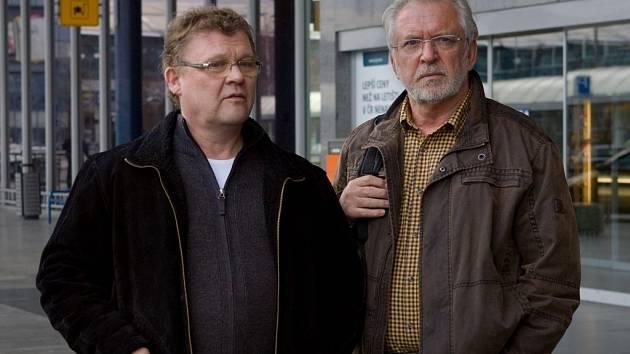 Tomáš Juřička (vlevo) ve druhé sérii Sanitky s představitelem hlavní role Jaromírem Hanzlíkem, který hraje lékaře Vojtěcha Janderu