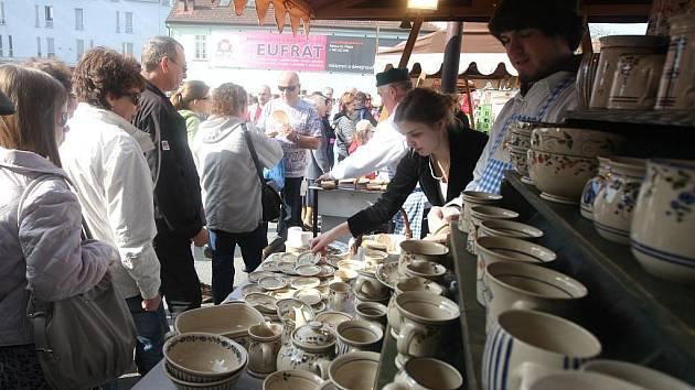 Fronta na topinky s česnekem byla v sobotu  nekonečná. Zájem o farmářské trhy v Plzni stále roste