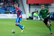 I v 36 letech je plzeňský fotbalista David Limberský plný elánu. Na snímku z ligového utkání s Příbramí (4:0) uniká kapitánovi soupeře Michalu Škodovi.