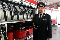 Ředitel krajských hasičů František Pavlas u přívěsu s vybavením pro čerpání vody