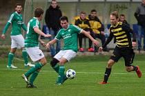 Fotbalisté Horní Břízy (na archivním snímku hráči v zelených dresech) v krajském poháru překvapivě končí.