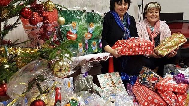 Zaměstnankyně klatovského domova pro matky s dětmi v tísni finišují s přípravami dárků pro klientky a jejich ratolesti. Snímek je z loňska, kdy se akce odehrála poprvé.
