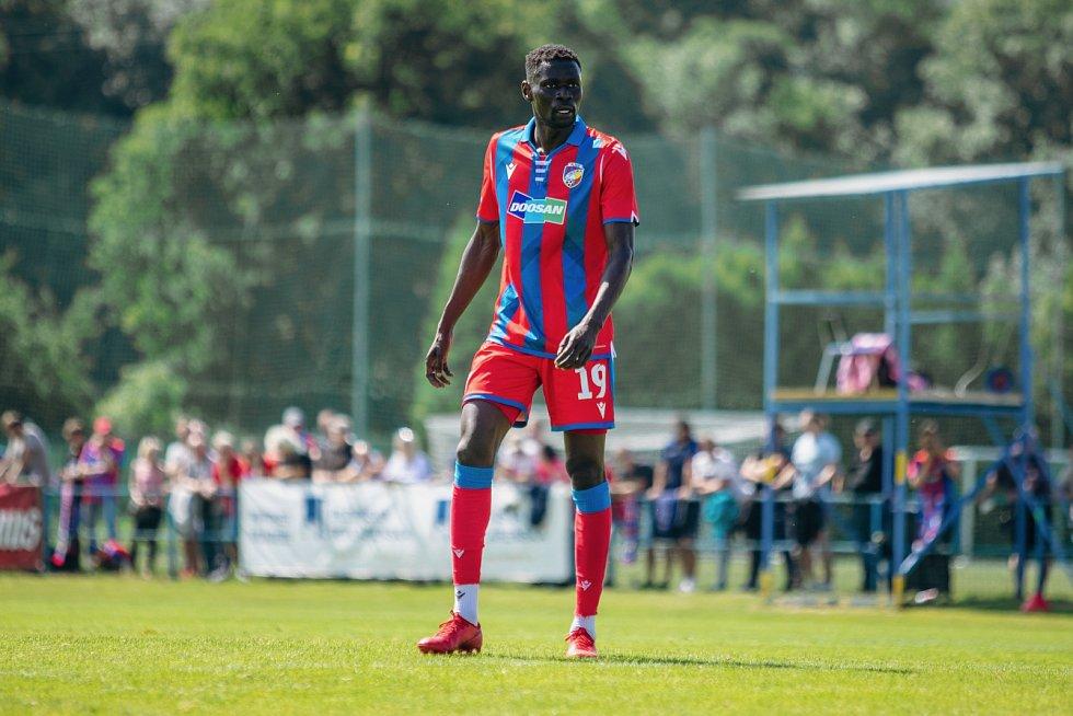 Senegalský záložník Modou Ndiaye v přípravném zápase proti třetiligovým Domažlicím.