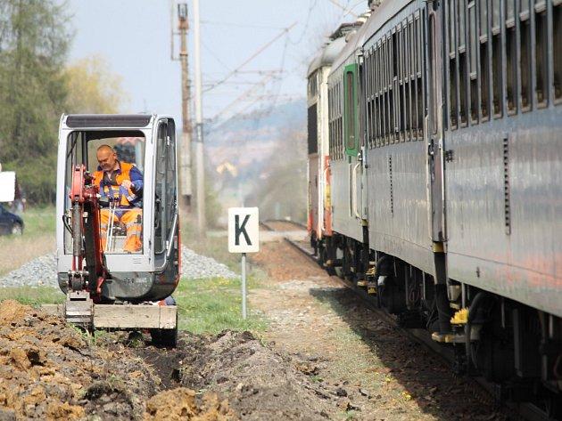 Okolí nástupiště ve Šťáhlavech si stavbaři v těchto dnech připravují. Později se do práce pustí mnohem větší stroje