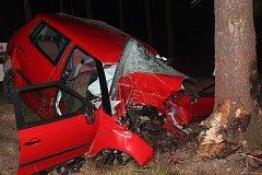 Třicetiletý muž vyjel s Fabií ze silnice a narazil do stromu. Na místě byl mrtvý.