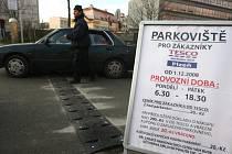 Před Teskem na Americké třídě se objevila cedule s informací o zpoplatnění parkoviště