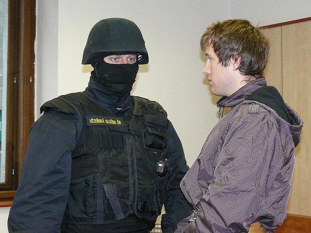 Šest let ve věznici s ostrahou stráví podle čtvrtečního pravomocného rozsudku odvolacího senátu Krajského soudu v Plzni dvaadvacetiletý Vojtěch Janeček, který loni v únoru přepadl v Sokolově vězeňskou eskortu a osvobodil svého přítele Pavla Němečka.
