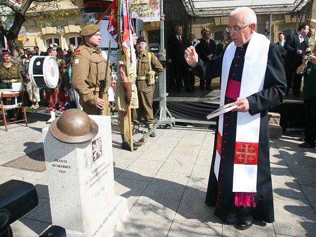 Slavnostně odhalení pomníku připomínajícího československé pozemní jednotky bojující za druhé světové války v britském vojsku