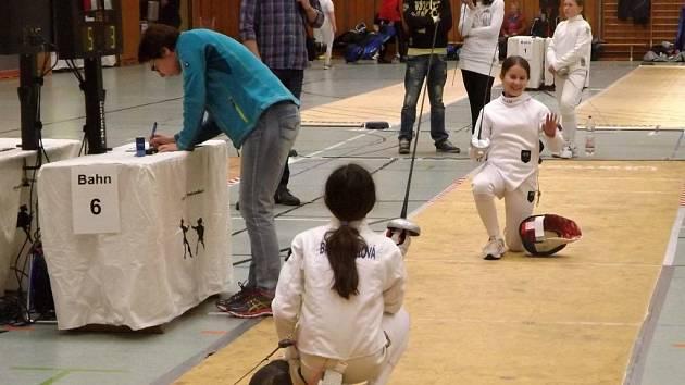 Na turnaji v Marktredwitzu se utkaly ve vzájemném souboji mladé šermířky Lokomotivy Klaudie Vaisová (vpravo) a Adéla Brandnerová.