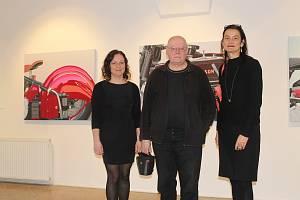 VÁCLAV SIKA (uprostřed) v Galerii města Plzně. Vlevo je její ředitelka Zuzana Motlová, vpravo kurátorka výstavy Václav Sika/Od ornamentu k realitě Anjelie Chaubal. Výstava trvá do 29. března.