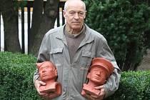 Autor Stanislav Bukovský s hliněnými bustami, dnes budou slavnostně odhaleny bronzové podobizny hrdinů