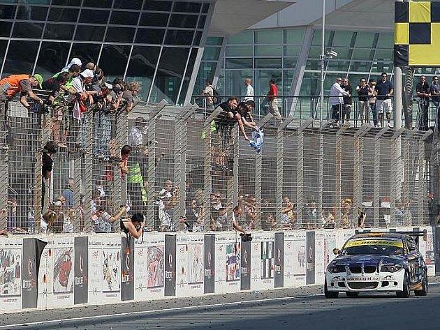 Petr Fulín s vozem BMW 130i na trati čtyřiadvacetihodinovky v Dubaji.