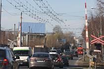 Železniční přejezd,  jenž čeká zásadní proměna, dobře znají všichni řidiči, kteří do Plzně vjíždějí nebo z ní naopak vyjíždějí Domažlickou ulicí. Jakmile jsou závory dole, tvoří se tu kolony