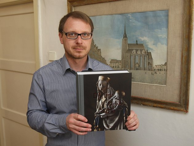 Šéf městského archivu Adam Skála pózuje s prvním dílem moderních Dějin města Plzně. Na publikaci se podílelo celkově 19 autorů.