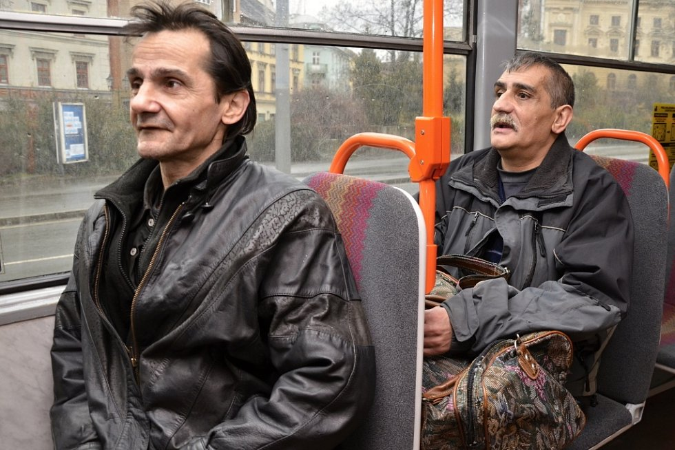 Další vězni opouštějí věznici na Borech.