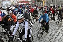 Za změnu podmínek pro cyklisty protestovaly v úterý odpoledne v Plzni zhruba dvě stovky lidí
