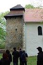 Věž kostela je románská, zbytek gotický.