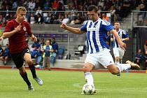 Domažlický fotbalista Jan Matas (na snímku z víkendového utkání proti Spartě Praha B vpravo s míčem) vstřelil ve středečním pohárovém duelu ve Zbuzanech vítězný gól.