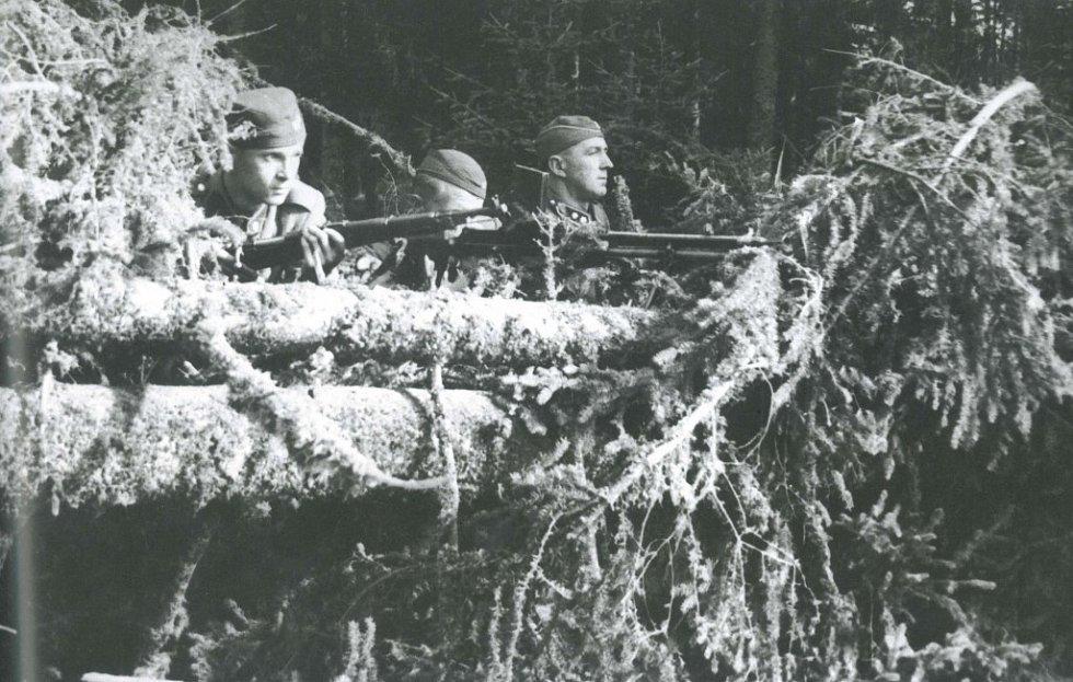 Září 1938. Rachocení zbraněmi na obou stranách hranice.  Příslušníci české Stráže obrany státu