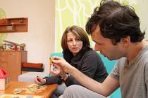 V  novém, barevnějším prostředí domácnosti Domova Radost se o klienty stará i Dana Skálová