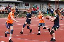 Hráčky Přeštic(v modrém) ztratily v derby bod až brankou z trestného hodu po čase.