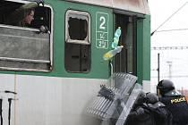Trénink policejního zásahu ve vagonech vlaku