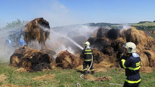 Požár stohů slámy u Švihova.