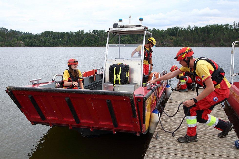 08 – V případě zásahu vyjíždí záchranáři Vodní záchranné služby během dne do 2 minut  a v nočních hodinách do 5 minut.