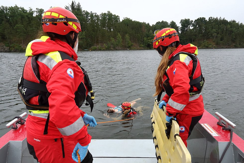 15 - Pacient je transportován do blízkosti záchranářského plavidla.