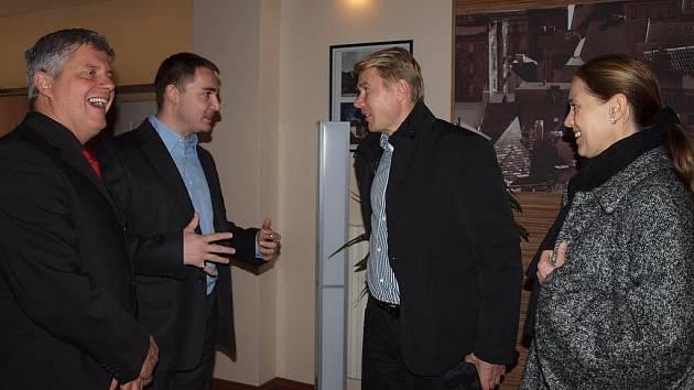 Zleva: Starosta třetího obvodu Jiří Strobach se svým asistentem Vilémem Hodkem a Mika Häkkinen se svojí přítelkyní Markétou Kromatovou