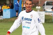 V  modrobílých barvách Škody Plzeň  před lety Vítězslav Lavička vstoupil do ligového fotbalu. Minulou sobotu dres s okřídleným šípem oblékl znovu, když si zahrál za tým internacionálů Viktorie Plzeň při oslavách 60. let tělovýchovy v Městě Touškově