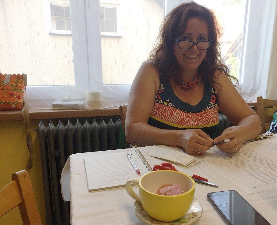 Petra Pelantová z volební komise vyrábí v mezičase kabelky ze sáčků od čaje