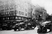 Američtí vojáci v Plzni. Snímek je zachycuje na křižovatce dnešní Klatovské a Husovy ulice u Velkého divadla.