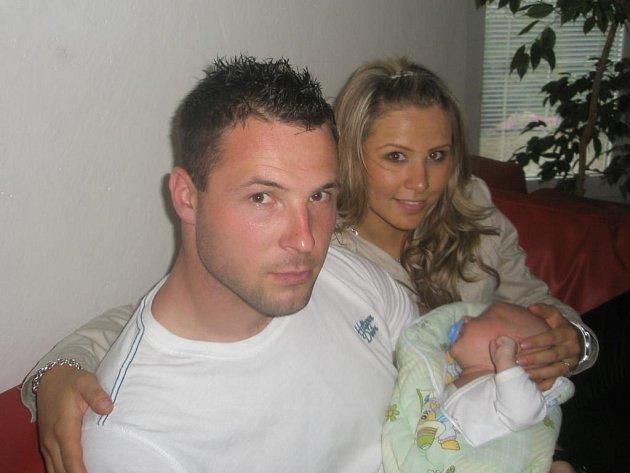 Brankář Michal Daněk je po půl roce v Anglii na dovolené v Ostravě a užívá si rodiny, přítelkyně Kristýny a malého syna Tadeáše. Z toho, že v Anglii nechytá, ale radost nemá