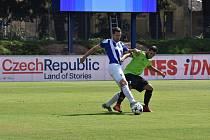 Stoper Domažlic Tomáš Hájovský (v modrobílém dresu) podstupuje souboj s hostujícím Filipem Drobílkem.